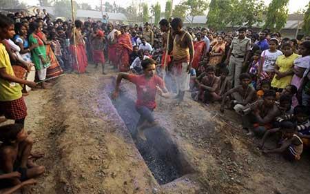 تصاویر دیدنی,تصاویر جالب,دویدن هندوها از روی آتش